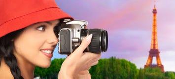 Toeristenvrouw met een camera. Stock Fotografie