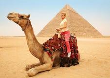 Toeristenvrouw op kameel in Giza Jong blonde dichtbij Piramide Stock Afbeelding