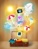 Toeristenzak met kleurrijke de zomerpictogrammen en symbolen Stock Fotografie