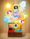 Toeristenzak met kleurrijke de zomerpictogrammen en symbolen Stock Afbeeldingen