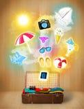 Toeristenzak met kleurrijke de zomerpictogrammen en symbolen Royalty-vrije Stock Foto's