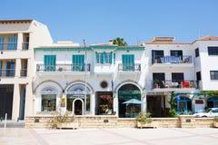 Toeristisch centrum van restaurants, de koffie en de winkels van Larnaca talrijke stock afbeelding