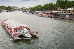 Toeristisch die schip door Bateaux Parisiens in werking wordt gesteld Stock Foto's