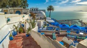 Toeristisch schilderachtig dorp Sidi Bou Said Beroemde koffie met mooie mening tunesië stock foto