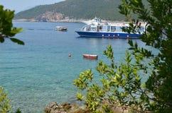 Toeristisch schip in een baai royalty-vrije stock fotografie