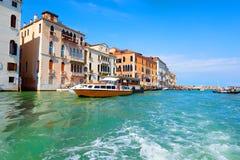 Toeristisch Venetië in de zomer stock foto