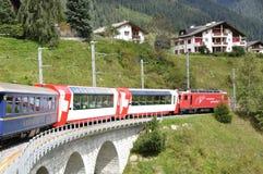 Toeristische attractie: De kruising van de Zwitserse alpen in de Gletsjersneltrein royalty-vrije stock afbeelding