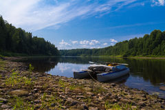 Toeristische boot op de rivier stock afbeelding