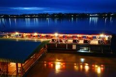 Toeristische die boad op Mekong rivier - grens tussen Thailand en Laos (van Thailand aan Laos wordt voorgesteld). Mekong is 11de l stock foto