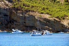 Toeristische kust van Moraira met al type van Jachten en zeilboten Royalty-vrije Stock Foto's