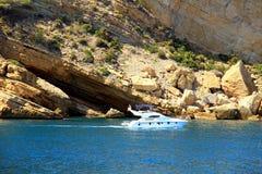 Toeristische kust van Moraira met al type van Jachten en zeilboten Royalty-vrije Stock Fotografie