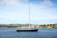 Toeristische kust van Moraira met al type van Jachten en zeilboten Stock Foto's