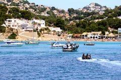 Toeristische kust van Moraira met al type van Jachten en zeilboten Royalty-vrije Stock Foto