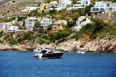 Toeristische kust van Moraira met al type van Jachten en zeilboten Stock Fotografie