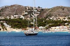 Toeristische kust van Moraira met al type van Jachten en zeilboten Stock Afbeelding
