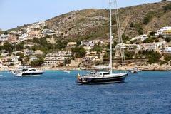 Toeristische kust van Moraira met al type van Jachten en zeilboten Royalty-vrije Stock Afbeeldingen