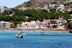 Toeristische kust van Moraira met al type van Jachten en zeilboten Stock Foto
