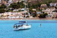 Toeristische kust van Moraira met al type van Jachten en zeilboten Royalty-vrije Stock Afbeelding