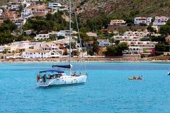 Toeristische kust van Moraira met al type van Jachten en zeilboten Stock Afbeeldingen
