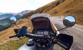 Toeristische motorfiets, stuurwiel De herfst In de bovenkant van de bergen mototoerisme en recreatieconcept Transfagarasan stock afbeelding