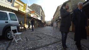 Toeristische reis in mostar straatmarkten in de oude Stad, Sarajevo in Bosnia-herzegovina stock footage