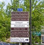 Toeristische Richtingtekens in Slijmbeurs, Turkije Stock Foto