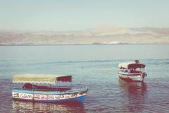 Toeristische schepen op het strand van Aqaba, Jordanië Populaire toevlucht, l Stock Foto's