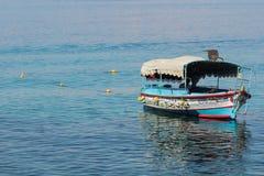 Toeristische schepen op het strand van Aqaba, Jordanië Populaire toevlucht, l Royalty-vrije Stock Foto's