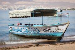 Toeristische schepen op het strand van Aqaba, Jordanië Populaire toevlucht, l Stock Fotografie