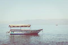 Toeristische schepen op het strand van Aqaba, Jordanië Populaire toevlucht, l Royalty-vrije Stock Foto