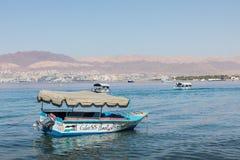 Toeristische schepen op het strand van Aqaba, Jordanië Populaire toevlucht, l Royalty-vrije Stock Afbeelding