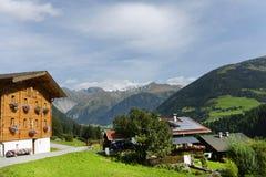 Toeristische toevlucht in Oostenrijkse Alpen stock afbeeldingen