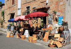 Toeristische wijnwinkel in Bolgheri, Toscanië in Italië Stock Fotografie