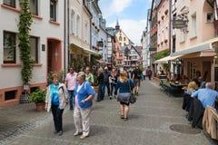 Toerists die in de historische stad Bernkastel lopen Royalty-vrije Stock Foto