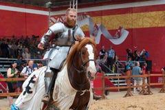Toernooien van St George, jousting competities, ridders op paarden die met lansen, riddertoernooien vechten stock afbeelding