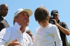 Toernooienpresentator en groot hoofdgary player met kleinzoon, Stock Foto's