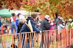 Toeschouwer bij Cyclocross-Kruistocht in Kromming Oregon royalty-vrije stock foto's