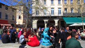 Toeschouwers in Carnaval van Limoux in Aude, Frankrijk stock video