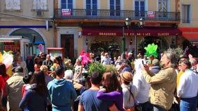 Toeschouwers in Carnaval van Limoux in Aude, Frankrijk stock footage