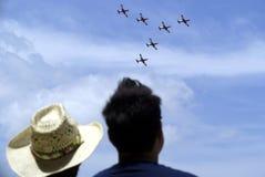Toeschouwers die airshow letten op Stock Foto