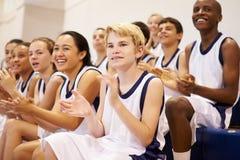 Toeschouwers die Middelbare school op Basketbal Team Match letten royalty-vrije stock afbeeldingen
