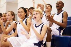 Toeschouwers die Middelbare school op Basketbal Team Match letten stock afbeelding