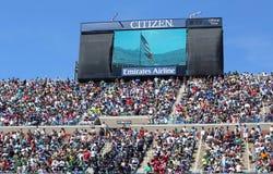 Toeschouwers die zich in Arthur Ashe Stadium voor Amerikaanse hymneprestaties tijdens openingsceremonie voor Arthur Ashe Kids Day  Royalty-vrije Stock Foto