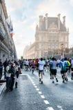 Toeschouwers en deelnemers van de jaarlijkse Marathon van Parijs op Stock Foto's
