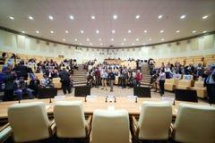Toeschouwers en journalisten vóór presentatie Stock Foto