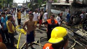 Toeschouwers en nieuwsgierige toeschouwers op de plaats van de huisbrand stock footage