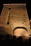 Toeschouwers en steengravures bij de tempel Philae Stock Foto