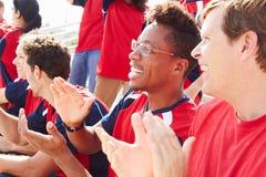 Toeschouwers in Team Colors Watching Sports Event royalty-vrije stock afbeelding