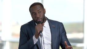 Toespraak van Afrikaanse spreker in kostuum stock video