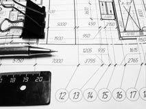 Toestel, schakelnet, potlood en ontwerp Fabrieksproject Op Whatman is het document stati stock afbeeldingen